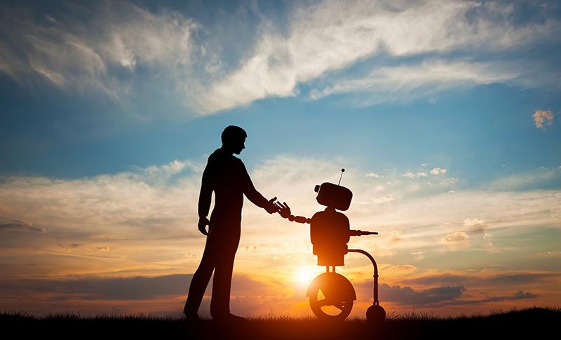 夕日にたたずみロボットと人